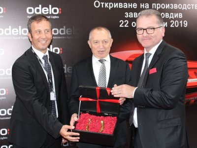 Presenting the gift – F.l.t.r. Ugur Ozay (Plant Manager odelo Bulgaria), Ahmet Bayraktar (Chairman of the Executive Board odelo Group) and Muhammet Yildiz (CEO odelo Group);