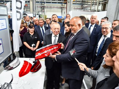 F.l.t.r. Ahmet Bayraktar (Chairman of the executive board of odelo Group) and Boyko Borisov (Prime Minister of Bulgaria) - Mr. Borisov signed our Mercedes-Benz Tail light.